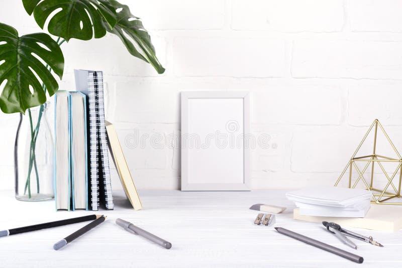 Espaço de trabalho da escola ou do escritório de Minimalistic com artigos de papelaria cinzentos no fundo branco Conceito da inst fotos de stock royalty free