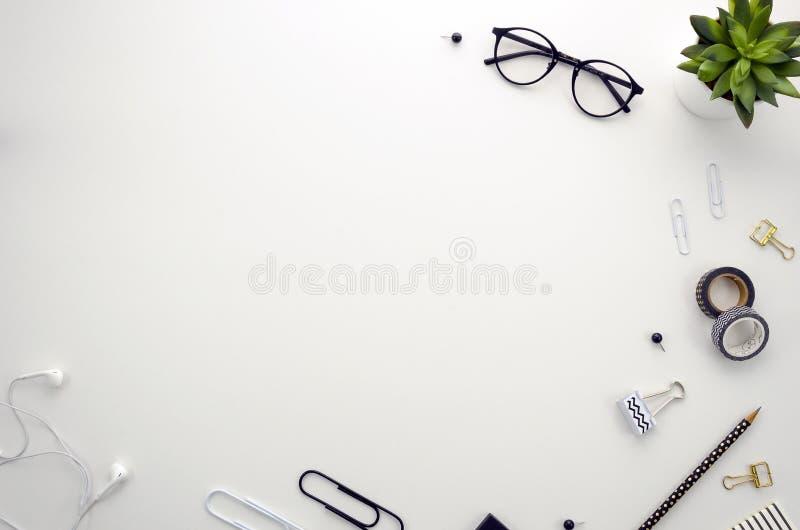 Espaço de trabalho da mesa de escritório domiciliário com os acessórios do escritório no fundo branco fotos de stock