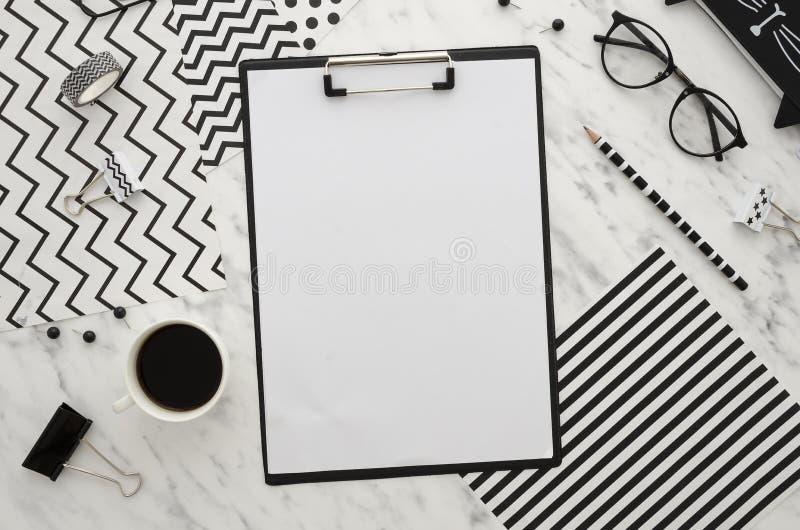Espaço de trabalho da mesa de escritório domiciliário com os acessórios vazios da prancheta e do escritório no fundo branco Linha fotos de stock