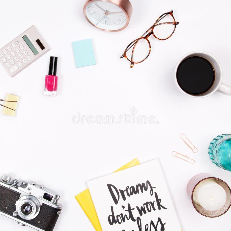 Espaço de trabalho da mesa de escritório domiciliário do ` s das mulheres fotos de stock