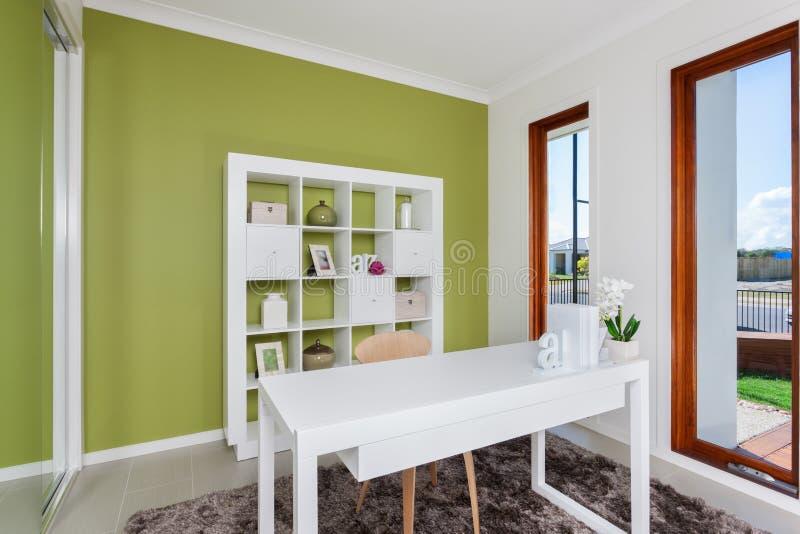 Espaço de trabalho decorativo moderno em uma casa luxuoso imagem de stock