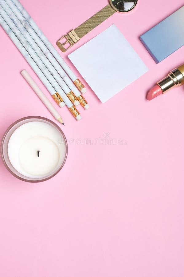 Espaço de trabalho do escritório domiciliário no rosa imagem de stock royalty free