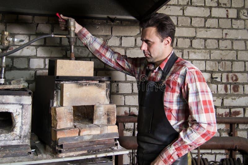 Espaço de trabalho do ferreiro Ferreiro que trabalha com forno em uma forja imagens de stock
