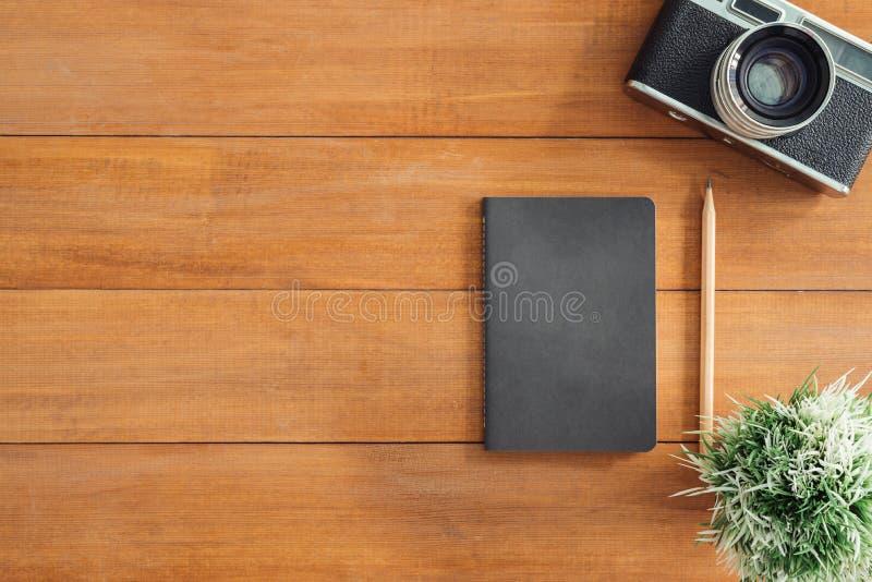 Espaço de trabalho mínimo - o plano criativo coloca a foto da mesa do espaço de trabalho fotografia de stock