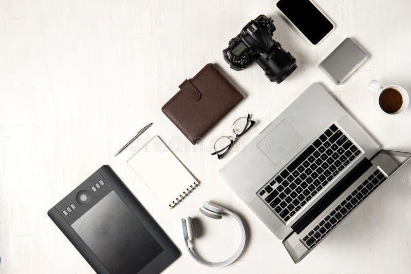 Espaço de trabalho para o fotógrafo, designer gráfico Configuração lisa do lapto fotos de stock royalty free