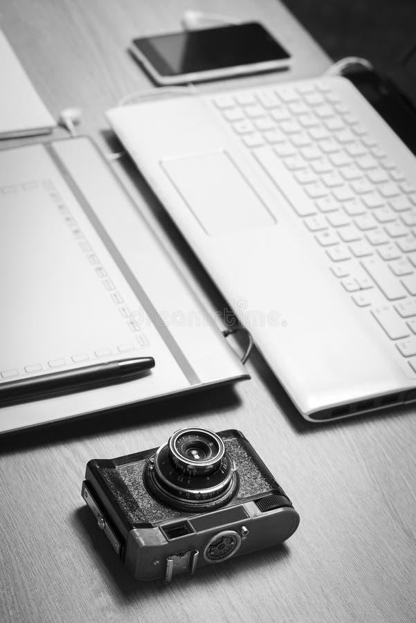 Espaço de trabalho para o fotógrafo preto e branco imagem de stock
