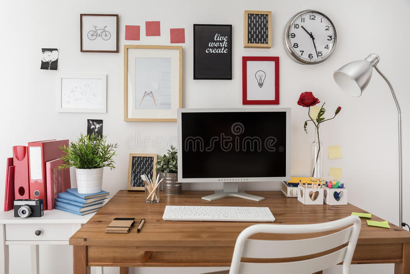 Espaço de trabalho projetado com computador de secretária foto de stock royalty free