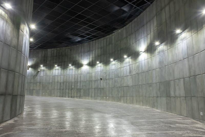 Espaço dentro de uma construção que consiste em curvas foto de stock