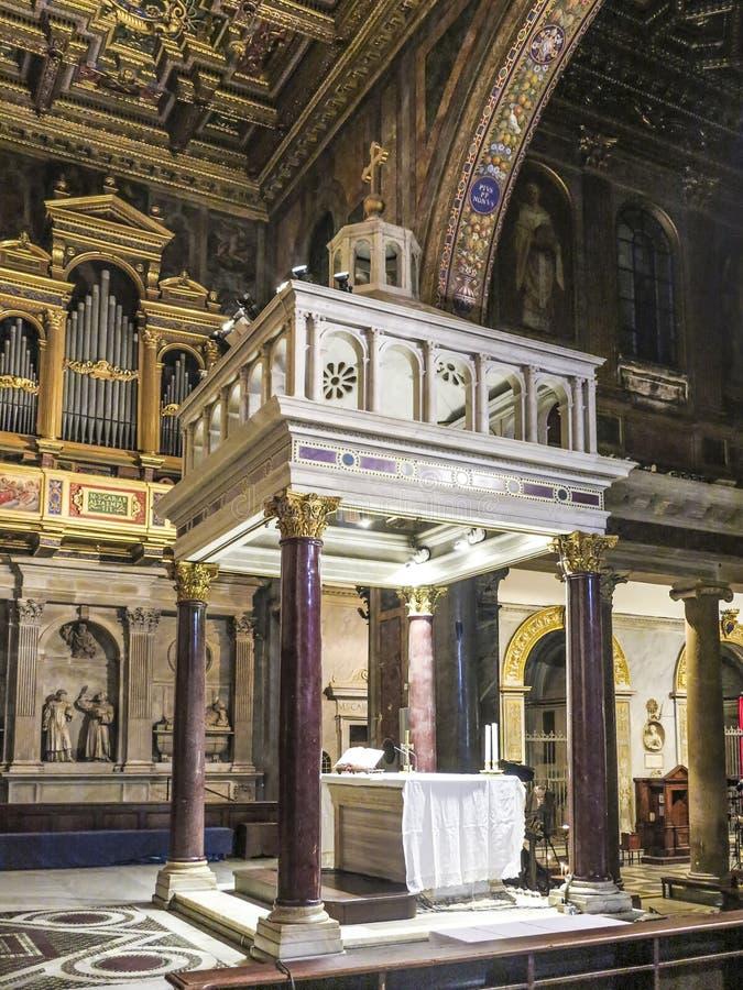 Espaço do altar da basílica antiga de Santa Maria em Trastevere foto de stock