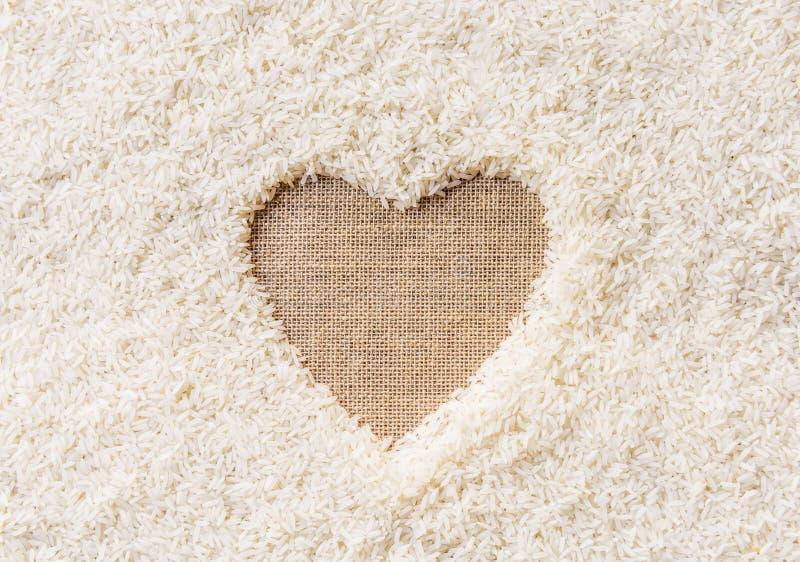 Espaço do fundo do arroz no meio de um coração fotografia de stock