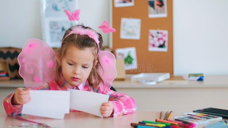 Espaço entusiástico da arte das crianças da menina fotos de stock royalty free