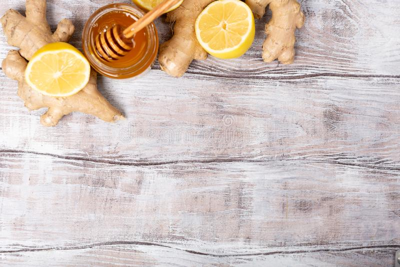 Espaço livre da cópia Conceito saudável Limão, gengibre, mel em um fundo de madeira branco Configuração lisa Tratamento de frio e imagem de stock