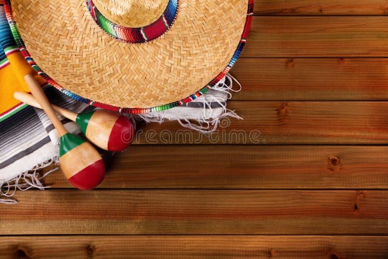 Espaço mexicano da cópia da opinião superior do sombreiro do fundo de madeira do de Mayo do cinco de México fotografia de stock royalty free