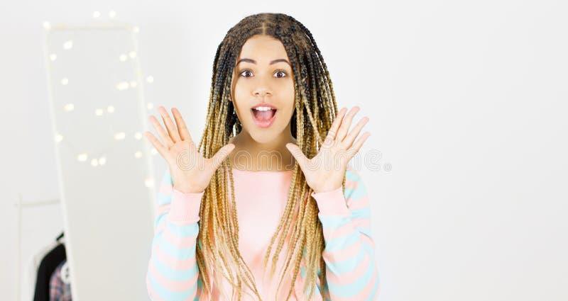 Espaço modelo fêmea da cópia do afro-americano emocional bonito imagem de stock royalty free