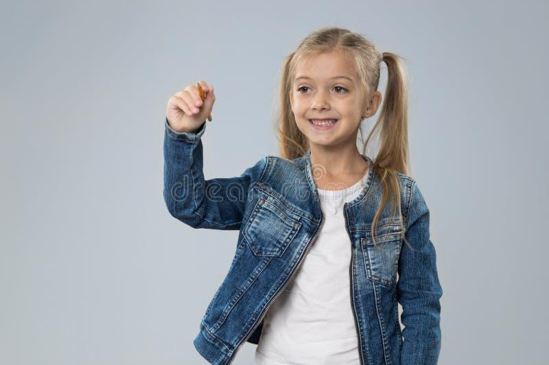 Espaço pequeno da cópia da escrita do adolescente, sorriso feliz da criança pequena imagens de stock royalty free