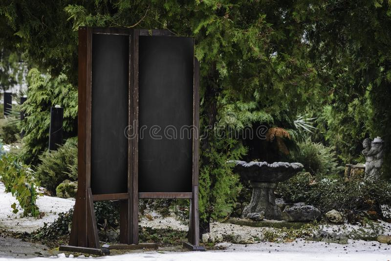 Espaço vazio para a placa do preto da cópia no fundo verde da textura fotos de stock