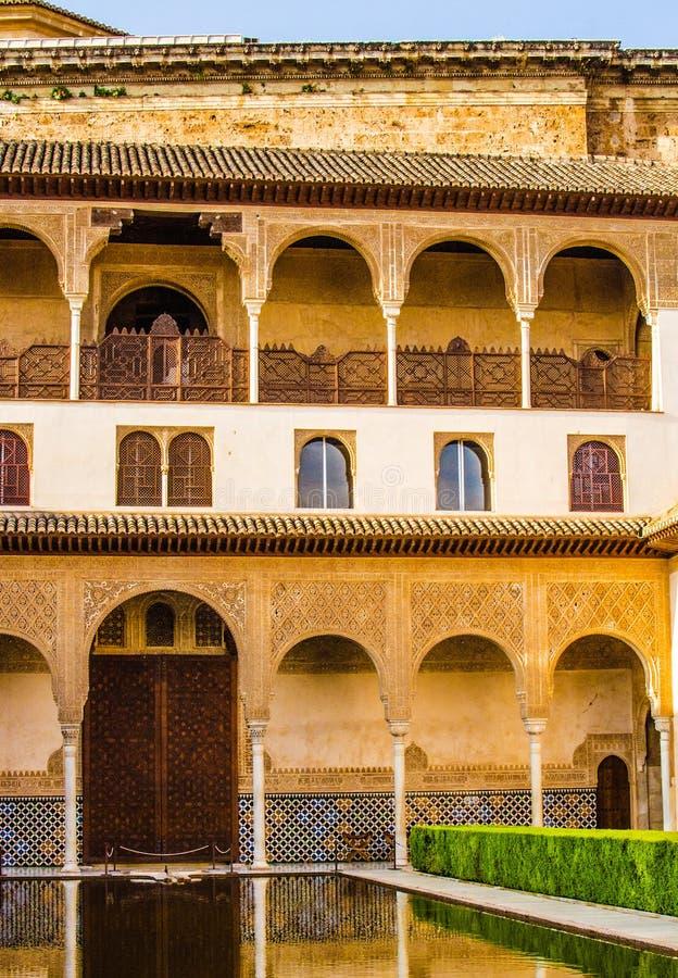 España, Andalucía, Alhambra, patio interno de la arquitectura mora, foto de archivo