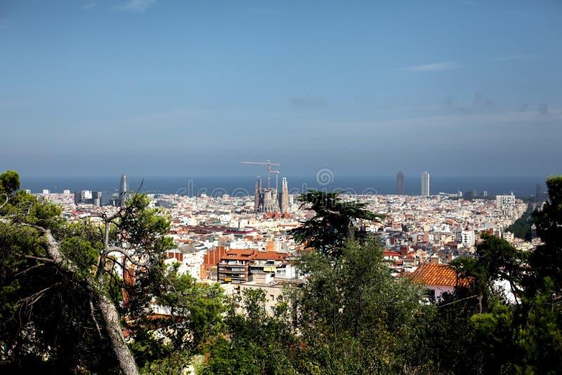 España, Barcelona - 12 de julio de 2018: Top-vista del horizonte en el día soleado del punto álgido en el parque GUEL Vista de la imagen de archivo libre de regalías