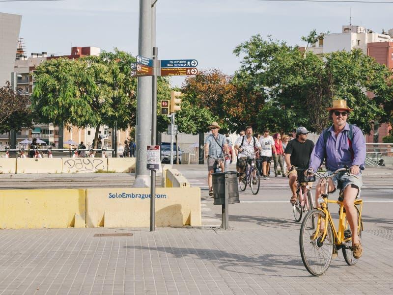 ESPAÑA, BARCELONA - 12 DE OCTUBRE DE 2018: Grupo de la calle de la ciudad de la ciudad del viaje de la bicicleta de Barcelona vie foto de archivo libre de regalías