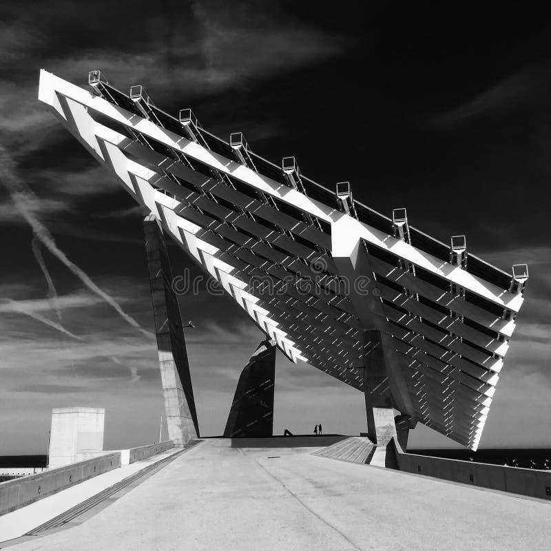 España, Barcelona, mayo de 2016: Sombra geométrica de la arquitectura en el puerto Forvm fotos de archivo libres de regalías