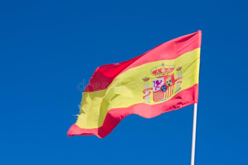 España el vuelo de la bandera nacional en el centro turístico de Nerja en Andalucía fotos de archivo libres de regalías