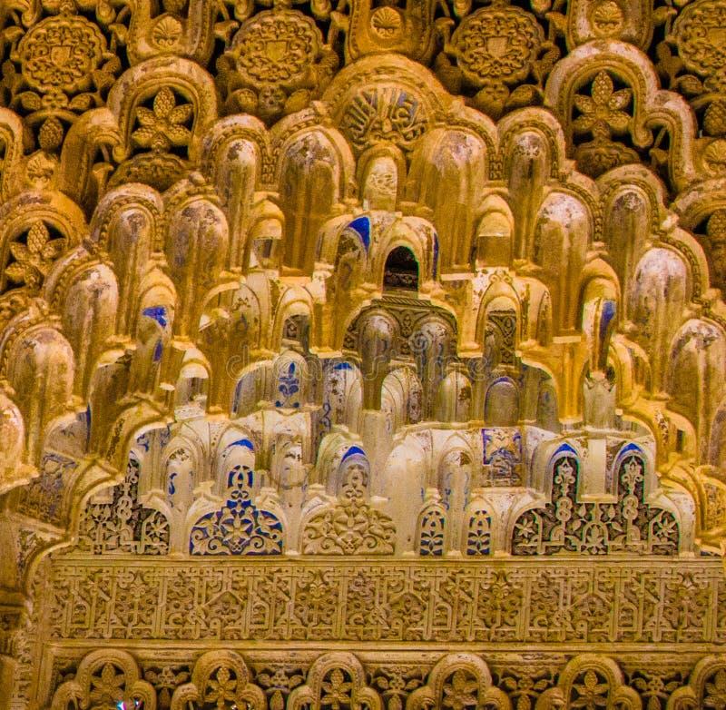 España, Granada, Alhambra, detalle ascendente islámico, cercano de tallas minuciosas en arcos cada pedazo único foto de archivo