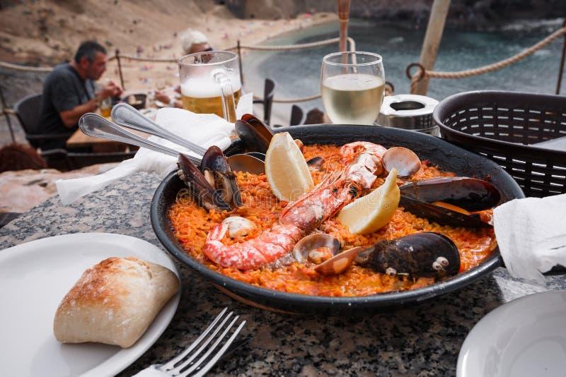 España, islas Canarias - noviembre de 2016 El sartén con paella española fresca está en la tabla del restaurante foto de archivo libre de regalías