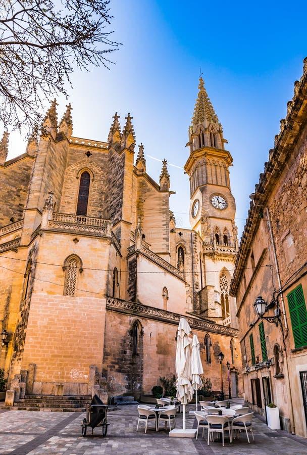 España Majorca, vista de la ciudad vieja con la iglesia de Manacor imágenes de archivo libres de regalías