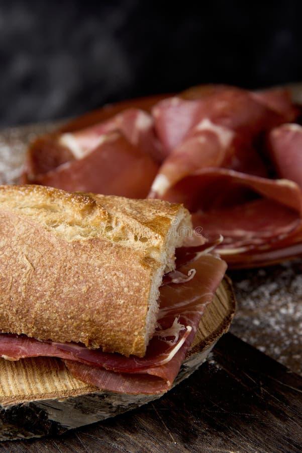 Español bocadillo de jamon, bocadillo de jamón del serrano fotografía de archivo