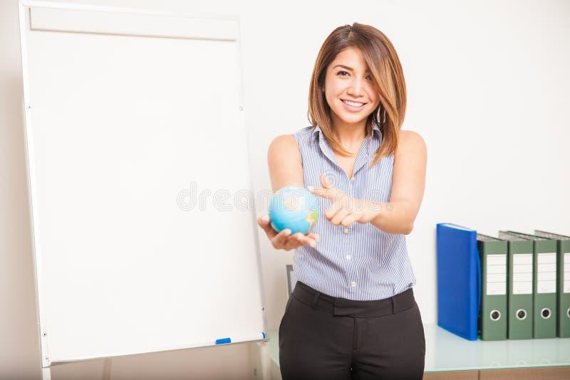 Español de enseñanza de la mujer feliz en una sala de clase fotos de archivo libres de regalías