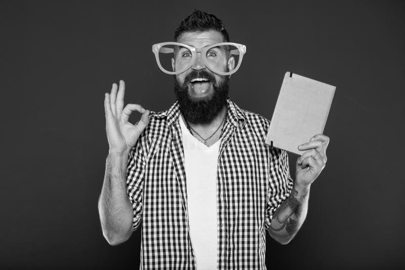 Espa?o da c?pia da capa do livro O homem farpado do moderno veste mon?culos engra?ados guarda o bloco de notas ou o livro Ascende imagens de stock
