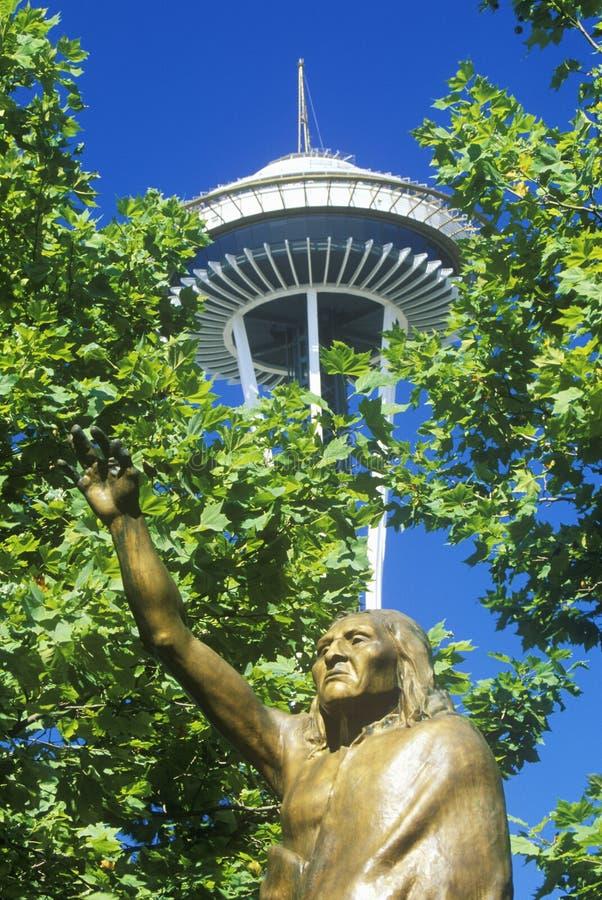 Espace a agulha com a estátua do chefe Seattle na base em Seattle, WA contra o céu azul imagens de stock