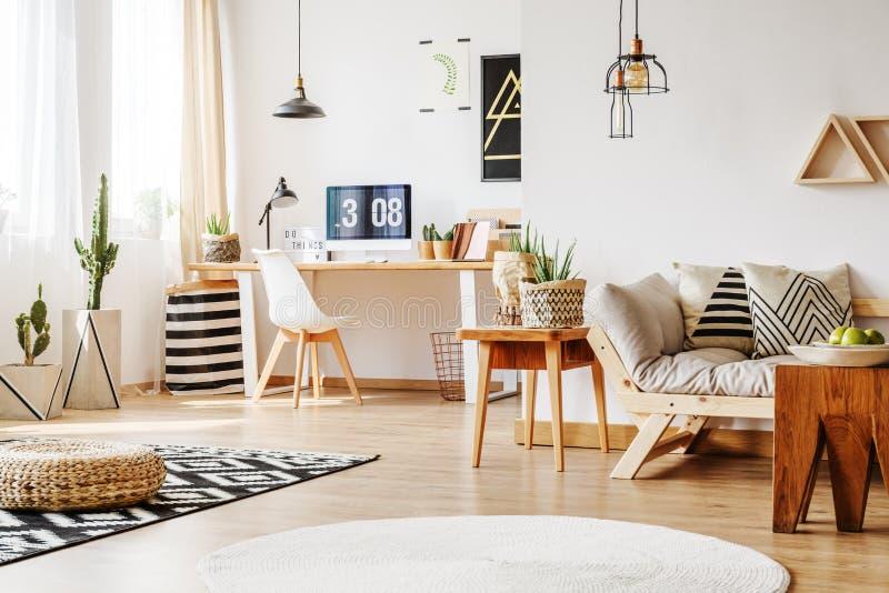 Espace de travail à la maison avec les meubles en bois photo stock