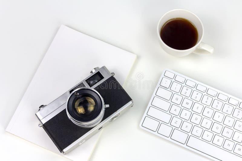 Espace de travail blanc minimal avec l'appareil-photo de style de vintage photographie stock