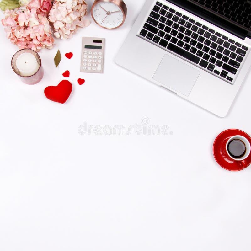 Espace de travail de bureau de siège social avec la tasse de café, calculatrice, ordinateur portable a images libres de droits