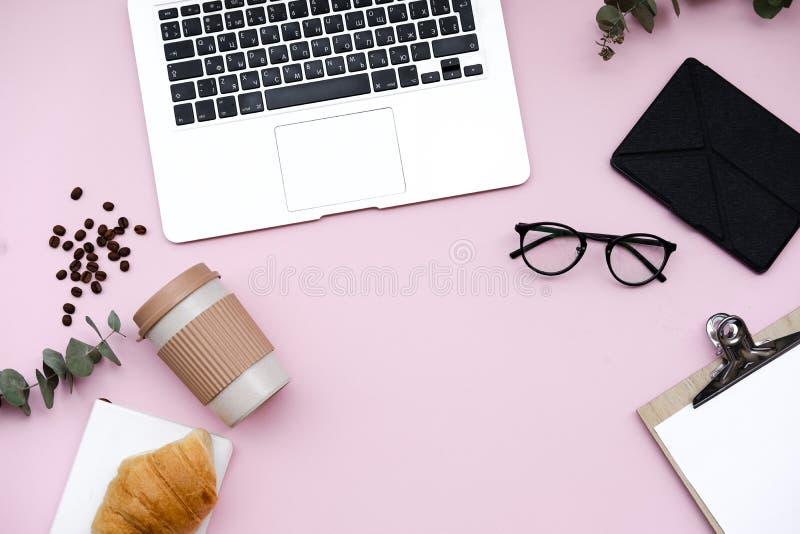 Espace de travail de bureau de siège social d'indépendant avec l'ordinateur portable et la couverture M image libre de droits
