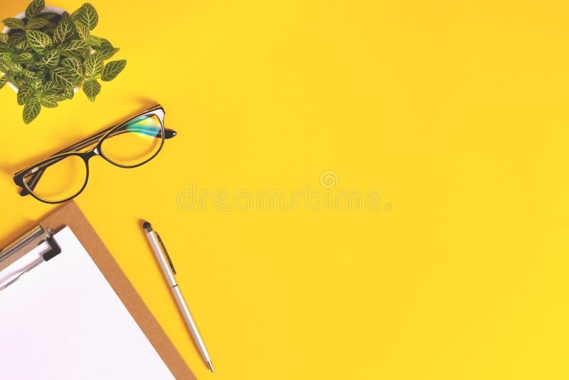 Espace de travail créatif avec le fond jaune lumineux images libres de droits