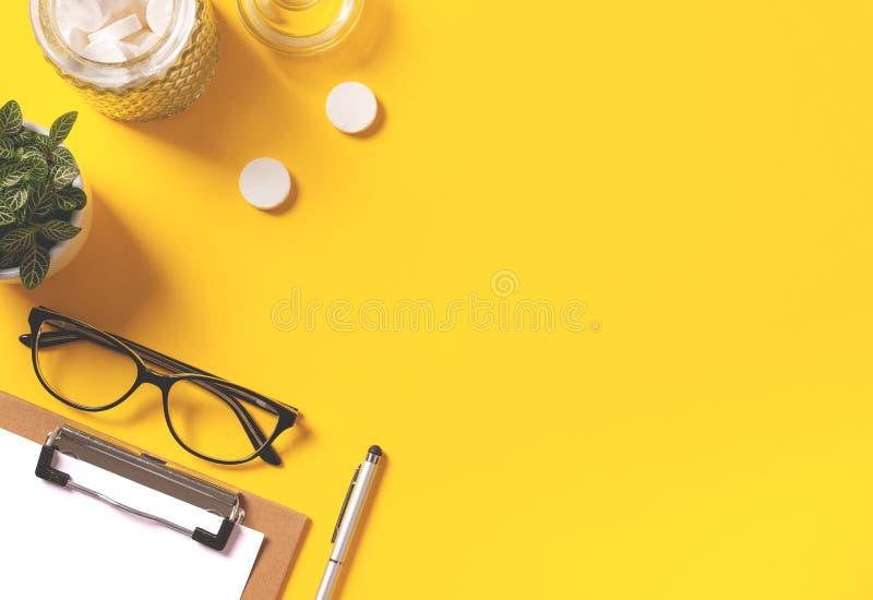 Espace de travail créatif avec le fond jaune lumineux photos stock