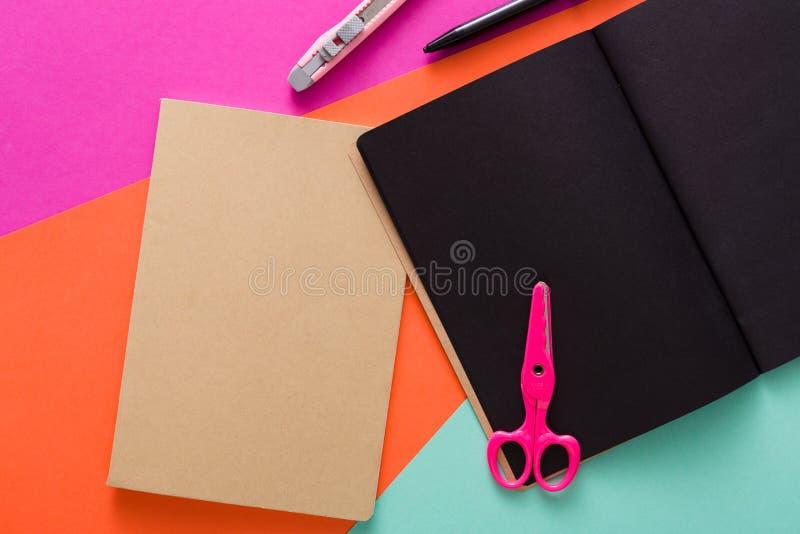 Espace de travail créatif moderne avec le bloc-notes noir élégant photo libre de droits