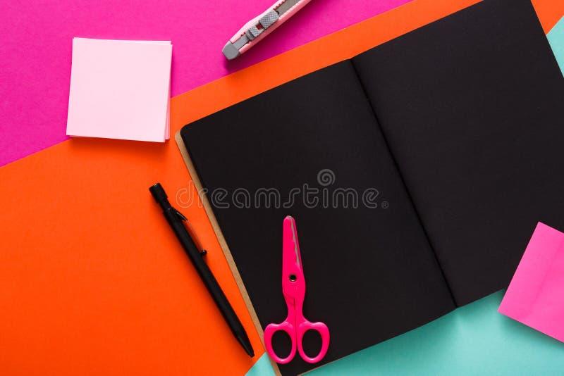 Espace de travail créatif moderne avec le bloc-notes noir élégant photos libres de droits
