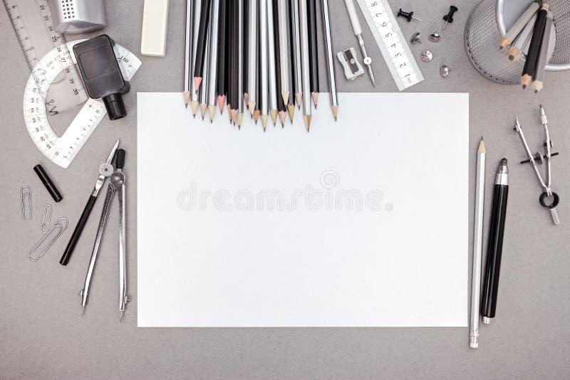 Espace de travail de bureau avec le papier blanc, les crayons et le divers t de dessin photo stock