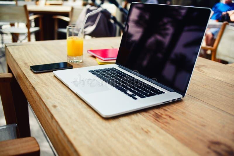 Espace de travail de Frelancer avec le filet-livre dans l'intérieur coworking photographie stock libre de droits