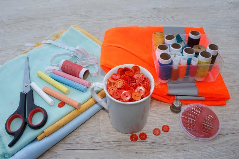 Espace de travail de tailleur avec la couture et les outils faits main outils pour coudre pour le passe-temps image stock