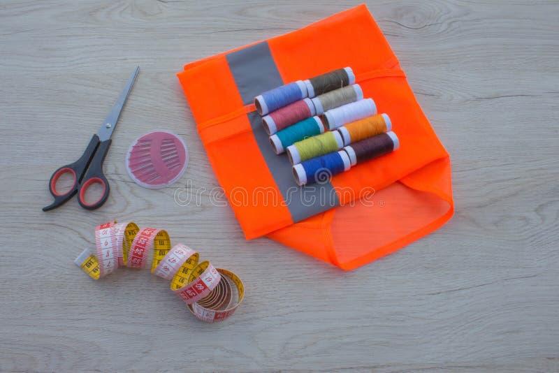 Espace de travail de tailleur avec la couture et les outils faits main Outils pour la couture image libre de droits