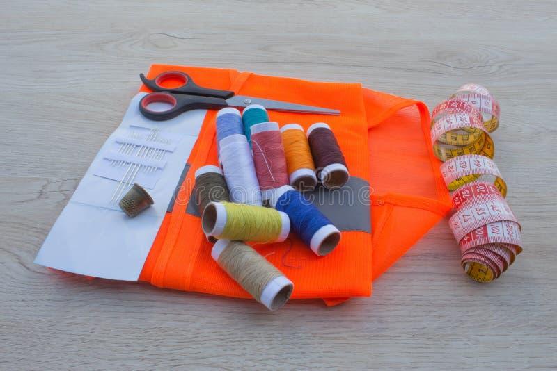 Espace de travail de tailleur avec la couture et les outils faits main Outils pour la couture photos libres de droits