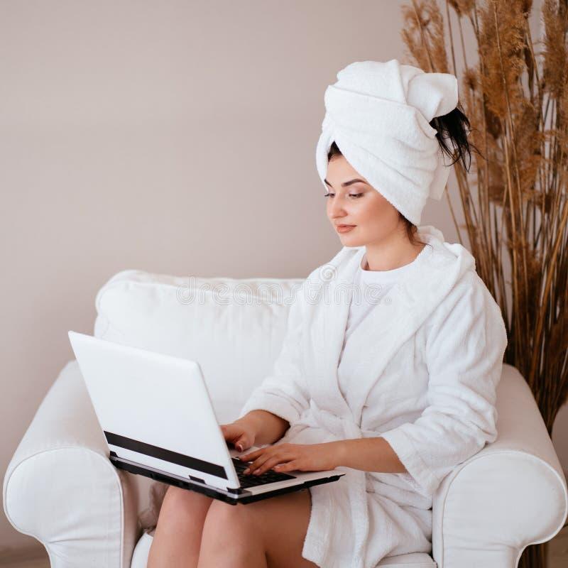 Espace de travail de maison d'ind?pendant ou de blogger photographie stock