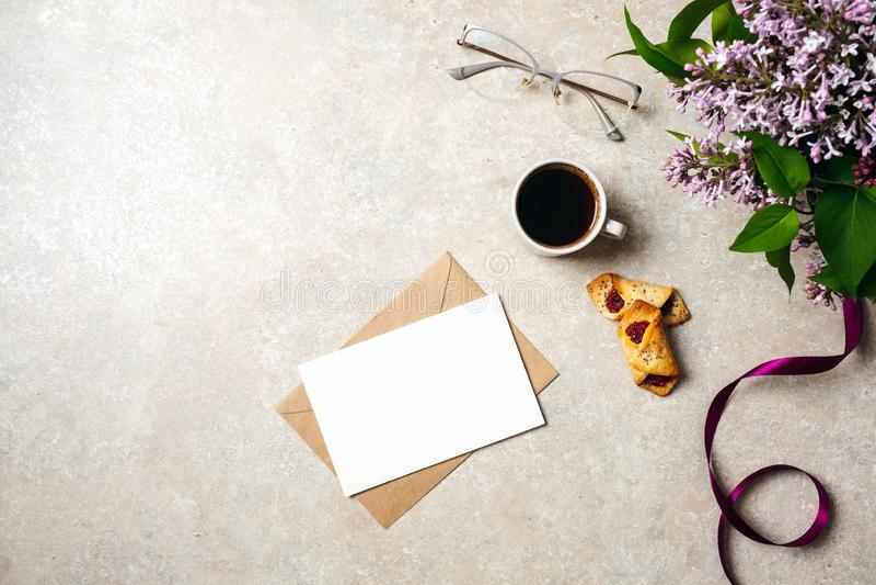 Espace de travail minimal de bureau de siège social avec la carte de papier blanc, enveloppe de papier d'emballage, tasse de café image libre de droits