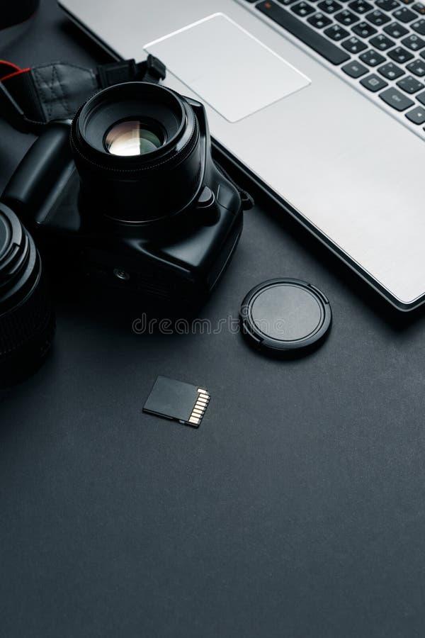 Espace de travail sur la table noire du photographe images stock