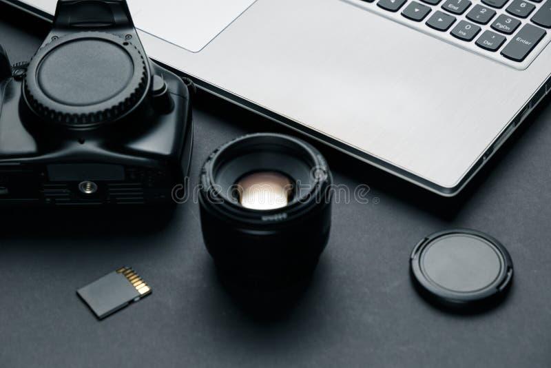 Espace de travail sur la table noire du photographe photos libres de droits