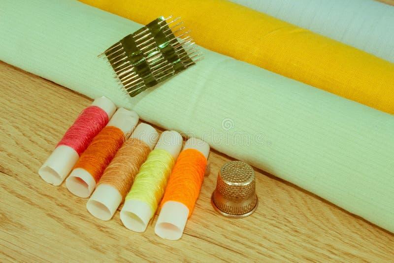 Espace de travail de tailleur avec la couture et les outils faits main images libres de droits